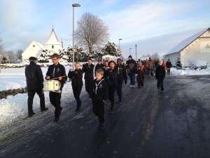 Kolding Tambourkorps fører os på vej til årets juletræ.