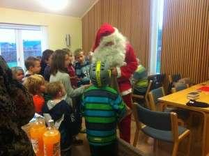 Julemanden har travlt med at dele godter ud til børnene.