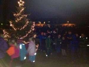 Der bliver danset om juletræet.