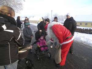 Julemanden vil dele godter ud til børnene.